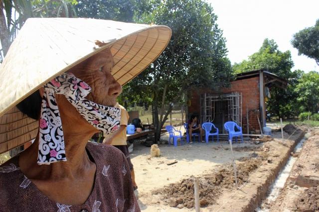 Mẹ Oanh xúc động và cảm ơn lãnh đạo TP HCM quan tâm đến đời sống của gia đình. Dự kiến căn nhà của mẹ Oanh sẽ hoàn tất trong vòng một tháng.