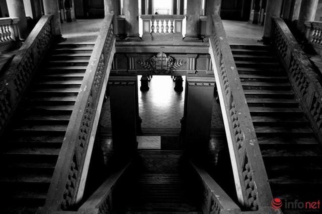 Chiếc cầu thang chính dẫn từ tầng trệt lên sảnh chính ở tầng 2, trong hơn 100 năm qua đã có hàng ngàn tử tù bước qua lối đi này.