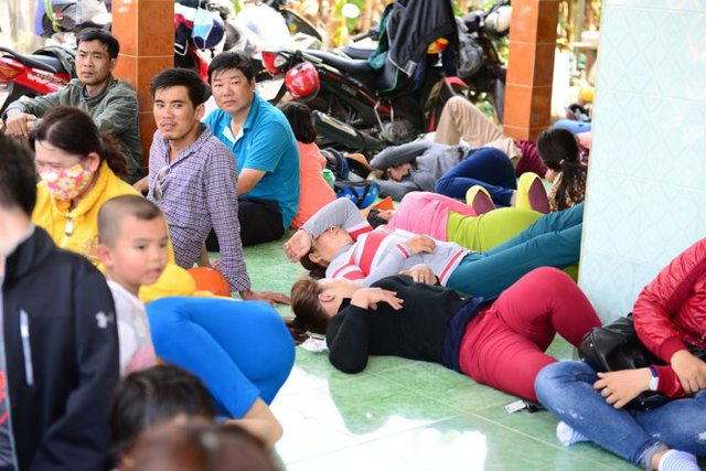 Nhiều người dân bỏ phương tiện, đồ đạc tìm chỗ nghỉ mát tránh kẹt xe - Ảnh: Thanh Tùng
