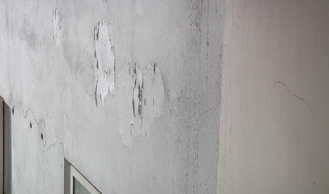 Bên ngoài tòa nhà đã bong tróc
