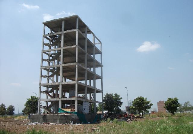 Một dự án nhà ở cao tầng vẫn còn trơ khung nhiều năm qua.