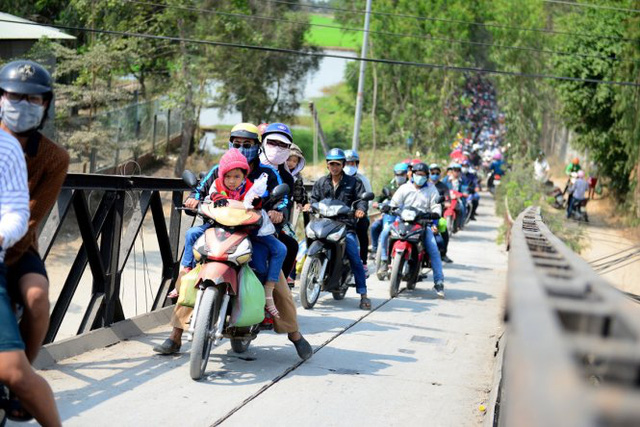 Ở khu vực qua chợ Trường Xuân, Tháp Mười, Đồng Tháp phương tiện di chuyển khó khăn - Ảnh: Thanh Tùng
