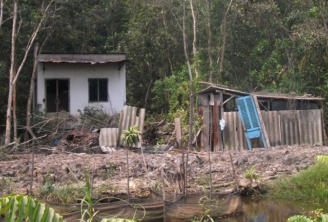 Một căn nhà bỏ hoang khác trên đường Thanh Niên, dọc kênh An Hạ xã Xuân Thới Sơn, thuộc quy hoạch Dự án khu Đô thị Đại học quốc tế Việt Nam.