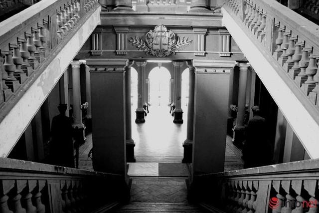 Đứng gác nơi đầu cầu thang là hai vị thần, một cầm tấm khiên (thần Đoàn kết), một cầm thanh kiếm (thần Công lý) tượng trưng cho việc bảo vệ những giá trị luật pháp.