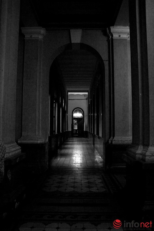 Những hành lang sâu hun hút và thiếu ánh sáng vào những ngày mưa gió khiến nhiều người cảm thấy lạnh gáy khi lần đầu đến đây.
