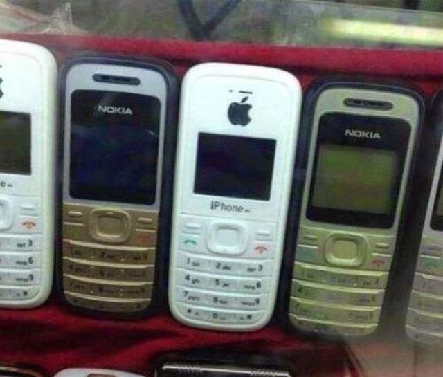 """Sự kết hợp giữa một chiếc điện thoại kiểu Nokia và logo """"quả táo"""" sẽ cho ra sản phẩm là một chiếc """"IP hone""""."""