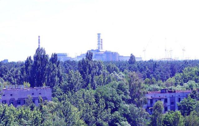 Lò phản ứng hạt nhân hư hại ở Pripyat nhìn từ sân thượng một tòa nhà bỏ hoang