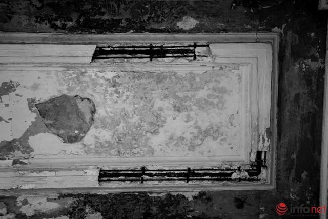 Qua thời gian nhiều vị trí đã xuống cấp nghiêm trọng, trong ảnh là góc một trần áp mái bị hở cả sắt.
