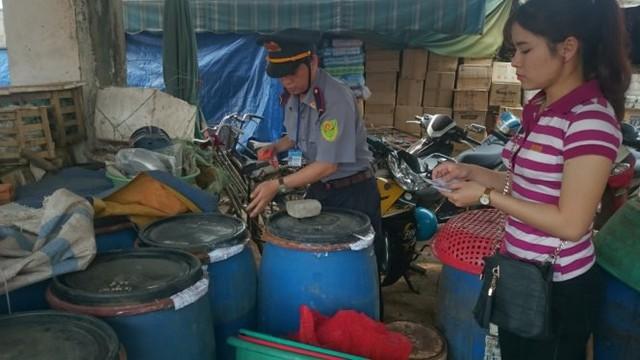"""Chi cục Quản lý chất lượng nông lâm thủy sản Quảng Trị niêm phong số măng có """"ngậm"""" chất vàng ô tại chợ Đông Hà sáng 13-4 - Ảnh: P.A."""