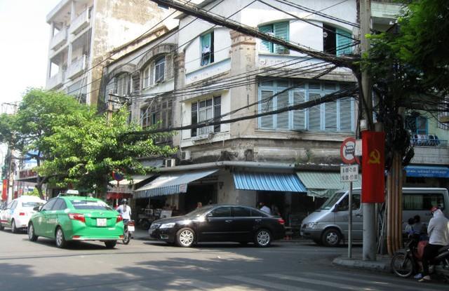 Những ngôi nhà một trệt hai lầu xưa thuộc sở hữu Công ty Hui Bon Hoa ở góc Lê Công Kiều - Phó Đức Chính hiện vẫn sinh hoạt khá bình thường - Ảnh chụp sáng 3-2 - Ảnh: HỒ TƯỜNG