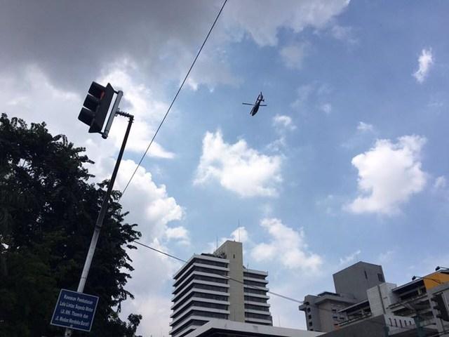 Trực thăng cảnh sát bên trên hiện trường (Ảnh: Ngọc Hiệp/Vietnam+)