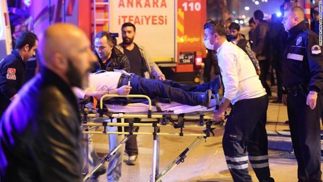 Cấp cứu người bị thương tại hiện trường vụ đánh bom. (Nguồn: AFP)