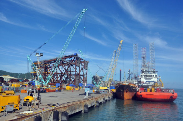 Giá dầu giảm sâu sẽ ảnh hưởng đến ngành công nghiệp chế tạo giàn khoan dầu khí. Trong ảnh: bãi chế tạo giàn khoan dầu khí ở cảng hạ lưu PTSC, TP Vũng Tàu - Ảnh: Đ.Hà