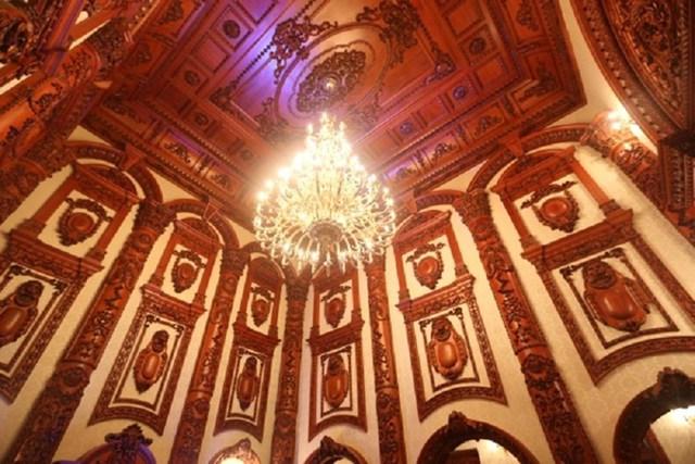 Hệ thống đèn cao cấp để làm nổi bật các chi tiết tinh xảo của trần nhà