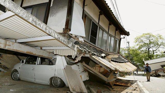 Trận động đất làm sập nhiều nhà tại tỉnh Kumamoto - Ảnh: Reuters