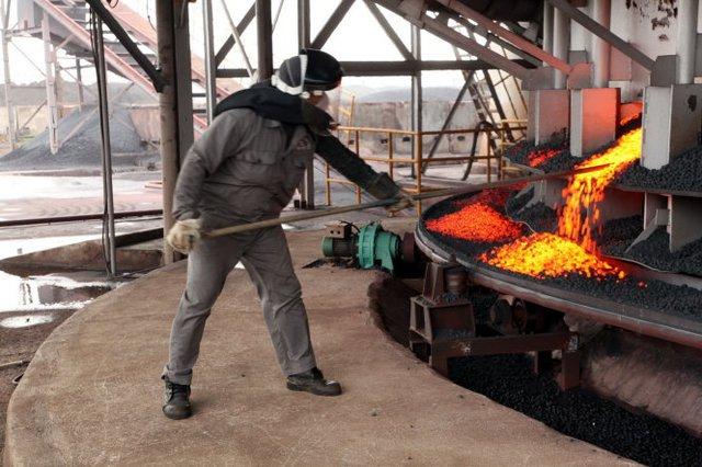 Các chuyên gia cho rằng việc hỗ trợ cả ngàn tỉ đồng để tiếp tục một dự án đã tăng vốn hơn gấp đôi dự tính cần phải cân nhắc, nhất là trong bối cảnh các nhà máy thép hiện đang gặp khó với thép Trung Quốc. Trong ảnh: sản xuất thép tại một doanh nghiệp thép vừa kêu khó khăn do thép giá rẻ của Trung Quốc tấn công - Ảnh: Trung Hà