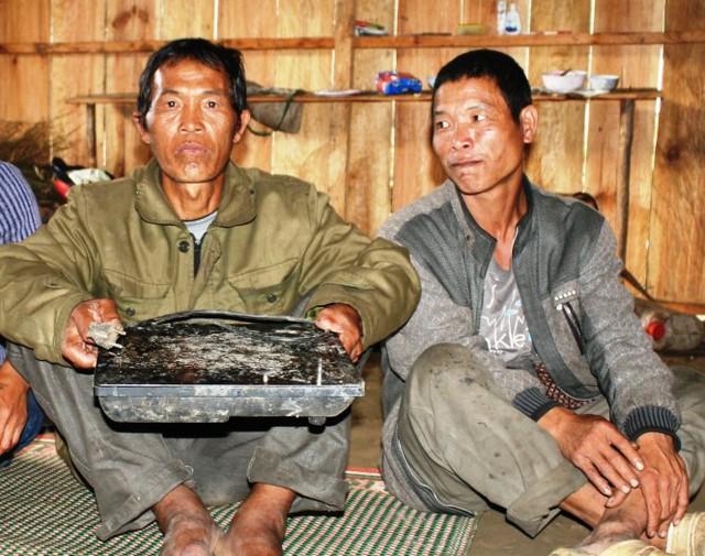 Để được là thành viên bán hàng đa cấp, ông A Tria (trái), ở xã Xốp, Đắk Glei, Kon Tum, phải mua chiếc bếp từ của Trung Quốc với giá 5 triệu đồng - Ảnh: B.D.