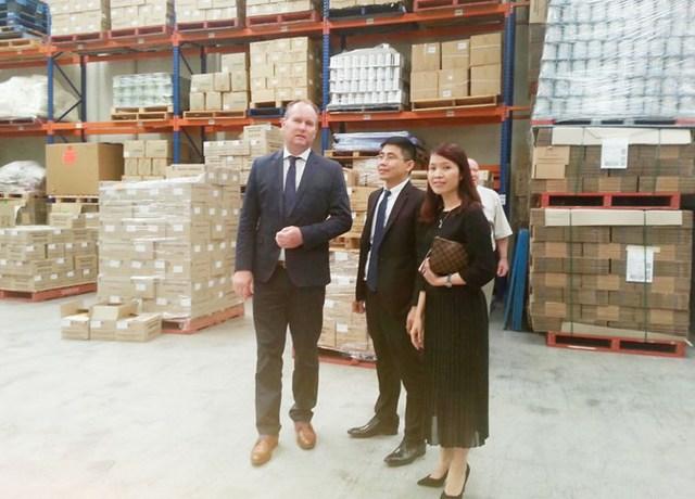 Đích thân CEO của CDI – Mancel Hickey chia sẻ với Ban lãnh đạo KLF về các khâu quan trọng của công đoạn chuẩn bị nguyên liệu trước khi đi vào sản xuất ngay tại nhà máy chế biến sữa bột công thức.