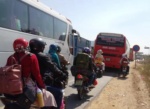 Do lượng xe đông, vẫn thu phí dẫn đến ùn tắc ở trạm thu phí Sông Phan - Ảnh: NG.Nam