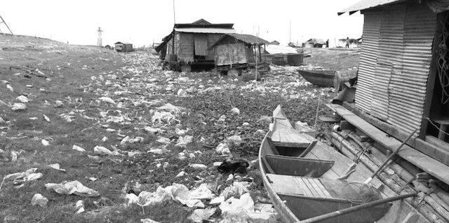 Những ngôi nhà bị mắc kẹt trên cạn do nước Biển Hồ xuống thấp - Ảnh: Tiến Trình