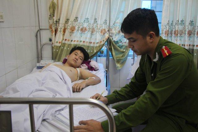 Công an huyện Nghi Lộc, Nghệ An lấy lời khai của công nhân đang điều trị ở bệnh viện - Ảnh: Doãn Hòa