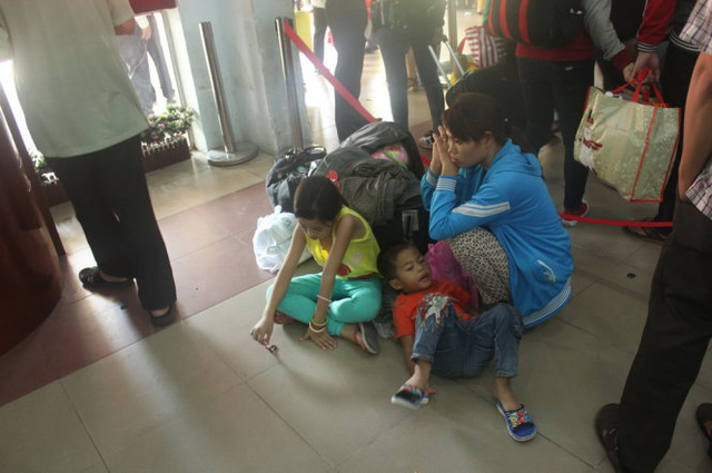 Hành khách ngồi ở sân ga do vé tàu không đúng qui định - Ảnh Đức Phú