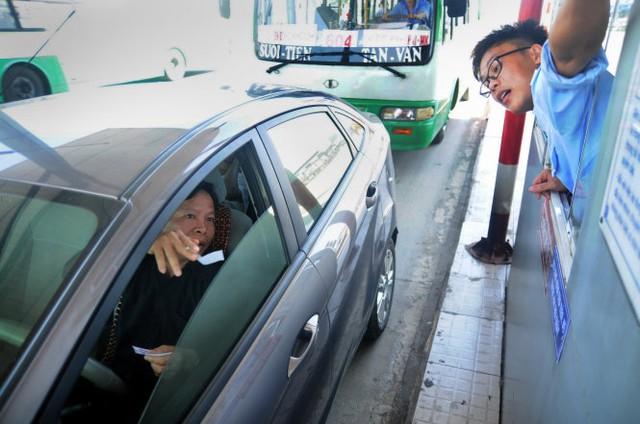 Một tài xế thắc mắc về mức phí khi qua trạm thu phí cầu Đồng Nai trưa 1-1-2016 - Ảnh: A Lộc