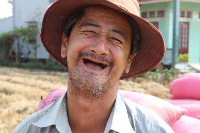 Nụ cười hạnh phúc của ông Nguyễn Minh Mẫn ở xã Bình Đông, thị xã Gò Công sau khi thu hoạch lúa từ đám ruộng tưởng đã chết khô hai tháng trước - Ảnh: Vân Trường