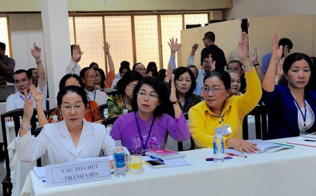 Các đại biểu biểu quyết đồng ý sơ bộ nhân sự ứng cử đại biểu Quốc hội - Ảnh: Tự Trung