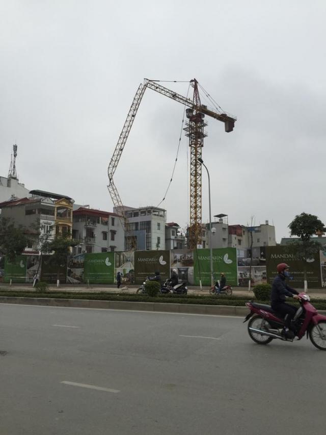 Trước đó, ngày 3/3, chiếc cẩu tháp của dự án Mandarin Garden 2 bất ngờ gãy làm 3 khúc trong khu vực dân cư