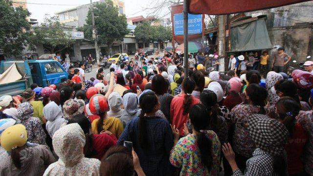 Hàng trăm công nhân mang theo trứng thối và mắm tôm để ném vào những công nhân còn đi làm - Ảnh: Tiến Thắng