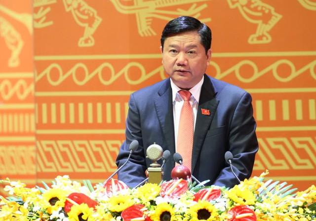 """Ông Đinh La Thăng, Ủy viên Trung ương Đảng, Bộ trưởng Bộ Giao thông vận tải trình bày tham luận """"Phát triển hạ tầng giao thông đồng bộ, thúc đẩy phát triển kinh tế - xã hội, đảm bảo quốc phòng – an ninh"""". Ảnh: TTXVN"""