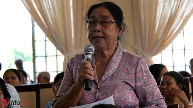 Cử tri Phan Thị Xuân đóng góp ý kiến tại hội nghị.