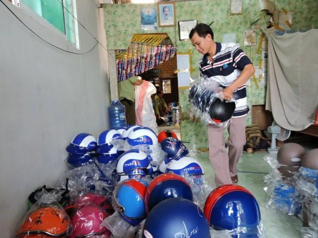 Đoàn kiểm tra liên ngành phát hiện nhiều loại mũ bảo hiểm của các thương hiệu khác nhau đang được lắp ráp tại nhà ông Nguyễn Quốc Thống
