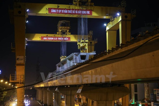 Thi công lao lắp dầm của tuyến đường sắt đô thị Cát Linh-Hà Đông. (Ảnh: Minh Sơn/Vietnam+)