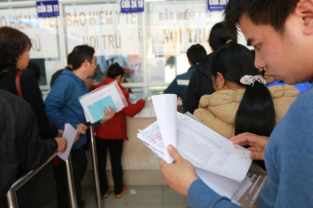 Người nhà BN xếp hàng tại nơi thu tiền BV Việt Đức (Ảnh: Hải Nguyễn)
