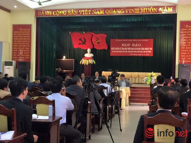 Lãnh đạo UBND tỉnh Hải Dương cung cấp thông tin cho báo chí tại buổi họp báo.
