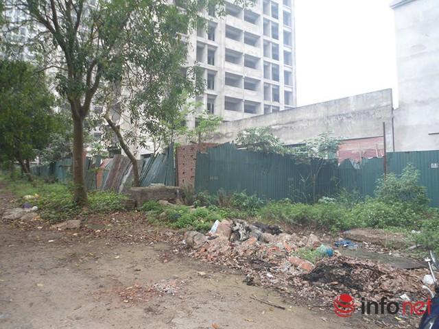 Bên ngoài KTX rác thải bừa bãi