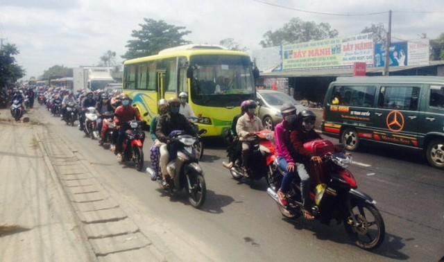 Xe cộ bị ùn ứ trên quốc lộ 1, đoạn qua huyện Cái Bè chiều 13-2 - Ảnh: Thanh Tú