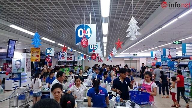 Người dân thanh toán sau khi mua sắm tại một siêu thị ở quận Thủ Đức.