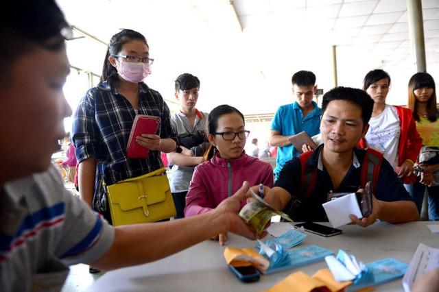 Người dân mua vé xe tết tuyến TP.HCM - Đắk Lắk tại bến xe Miền Đông sáng 10-1 - Ảnh: Hữu Khoa