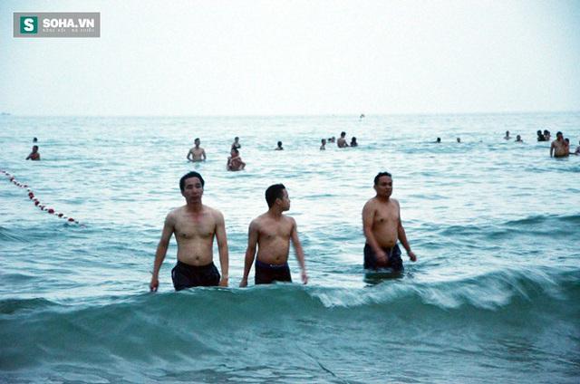Tắm biển là thói quen của ông Cường (ngoài cùng bên trái) mỗi ngày