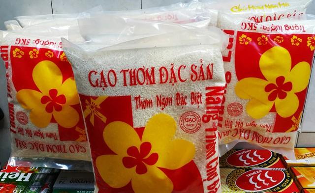 Những bao bì gạo có dấu mộc quảng bá gạo sạch nhưng không ghi nguồn gốc, xuất xứ - Ảnh: Thúy Hằng