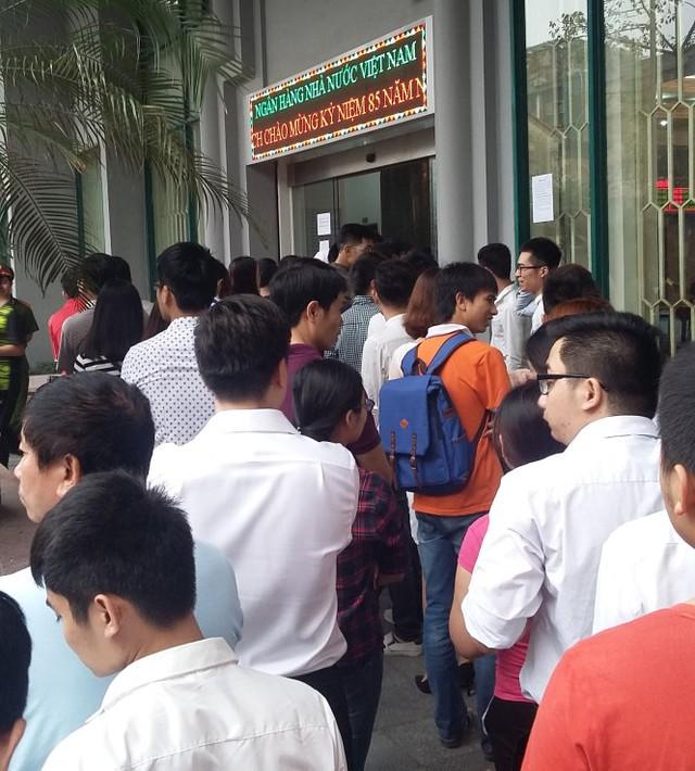Sáng 15-4 người dân vẫn xếp thành hàng dài để chờ được mua tiền - Ảnh: Quang Thế