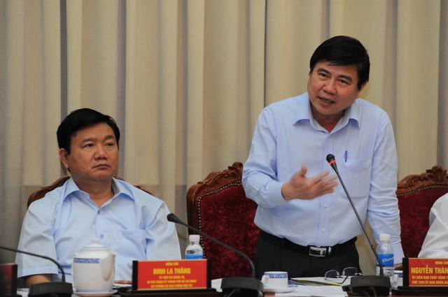 Ông Nguyễn Thành Phong, Chủ tịch UBND TP.HCM, chỉ đạo các ban, ngành đẩy mạnh công tác giữa TP.HCM và Bộ GTVT tại hội nghị phối hợp công tác giữa TP và Bộ chiều 27-2 - Ảnh: Tự Trung