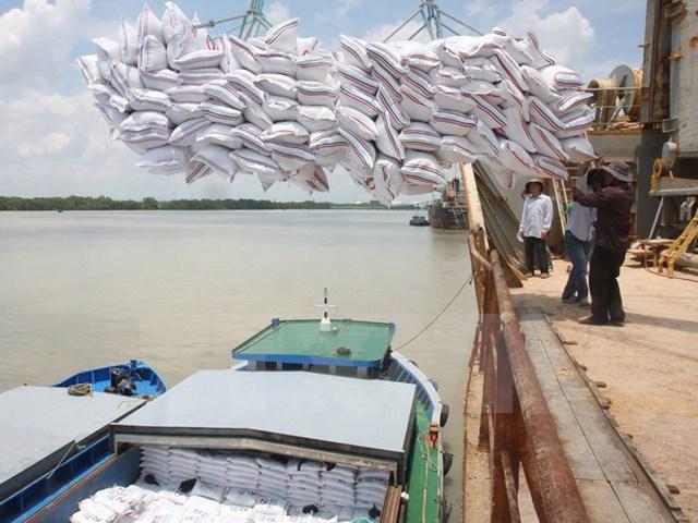 Bốc xếp gạo xuất khẩu tại Cảnh Nhà Bè. (Ảnh: Đình Huệ/TTXVN)