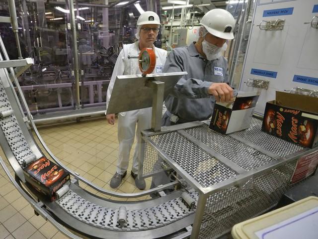 Dây chuyền sản xuất chocolate của Mars tại một nhà máy ở Haguenau, miền đông Pháp. (Nguồn: AFP/TTXVN)