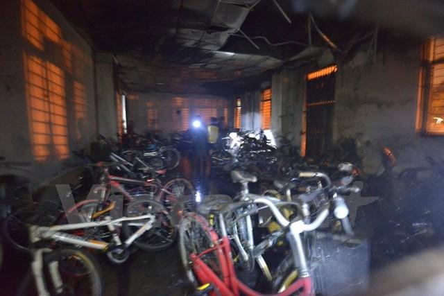 Tại nơi xảy ra cháy, 5 xe máy và 1 xe đạp điện bị cháy rụi, chỉ còn trơ khung.
