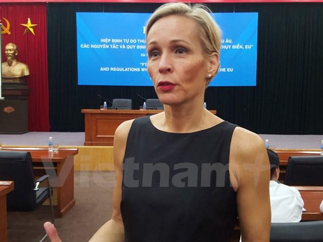 Đại sứ Thụy Điển tại Việt Nam, Camilla Mellander đang trao đổi với báo chí. (Ảnh: Đức Duy/Vietnam+)