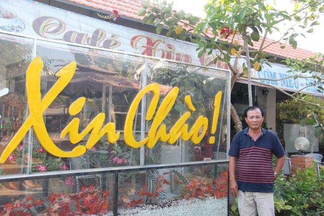 Ông Nguyễn Văn Tấn bên quán cà phê mà vì đó ông bị khởi tố là chậm đăng ký kinh doanh. Ảnh: Báo Giao Thông.